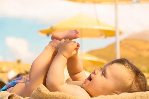 Tắm nắng cho trẻ sơ sinh như thế nào là đúng?