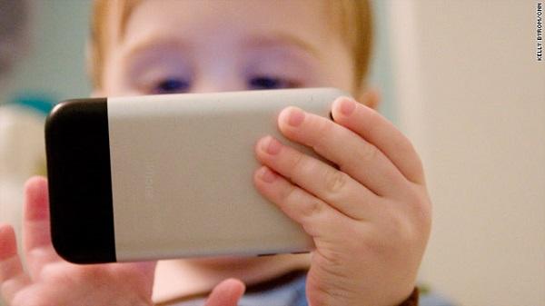 Trị bệnh biếng ăn của con bằng chiếc điện thoại, cha mẹ sẽ hối hận cả đời